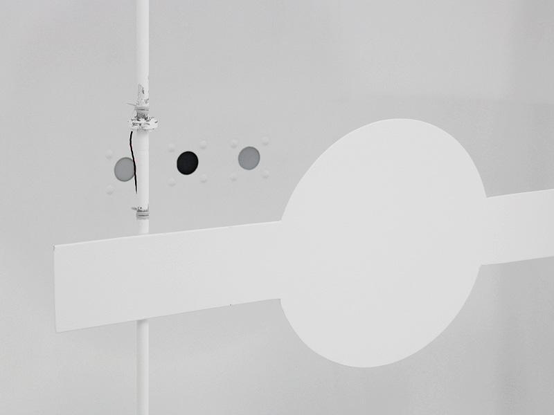3つ並ぶ円の先には検知器が繋がっている。明るさのほか、光色、演色性も測定する