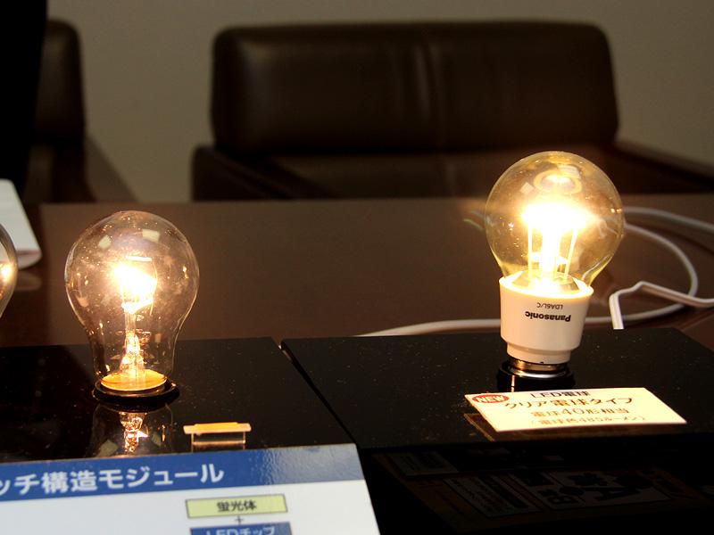 クリアLED電球「LDA6L/C」を、40W形クリア電球と並べたところ。明るさに遜色はない