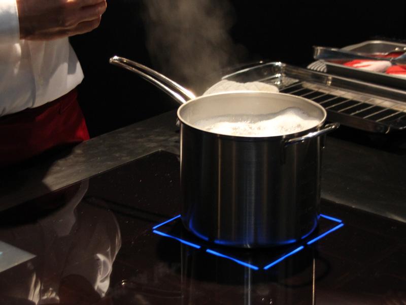パスタなどの麺類を茹でている時に気になる吹きこぼれ。泡が鍋の縁まで上がってきている