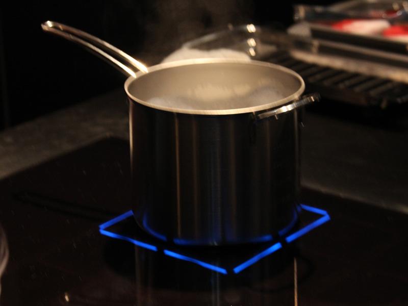 お湯の温度を検知することで、吹きこぼれる前にお湯の温度を下げる