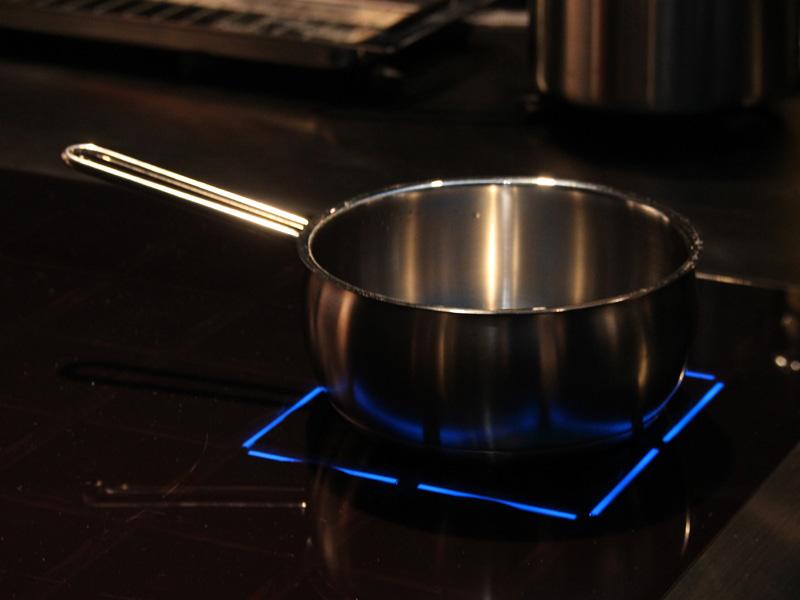鍋を置いた所を検知し、加熱中は青いLEDライトが光る