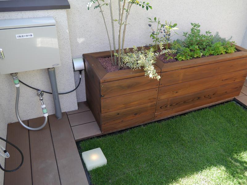ルーフガーデンには自動潅水装置を設置