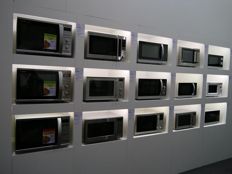 電子レンジの製品群。右側がODMで生産している普及モデル製品群
