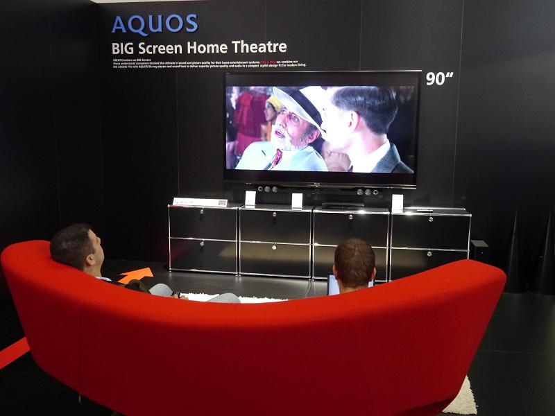 90型テレビは実際にリビングの雰囲気を持たせながら展示