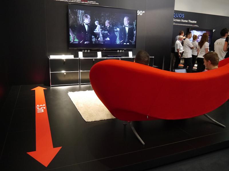 3.5mの視聴距離の提案はシャープが日本の量販店店頭での展示手法と同じ