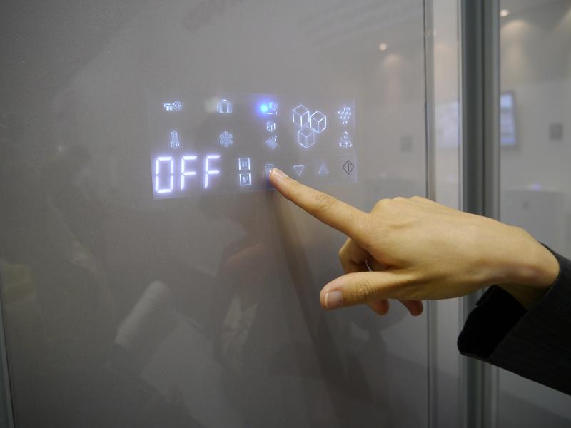 冷蔵庫前面にタッチコントロールパネルを搭載