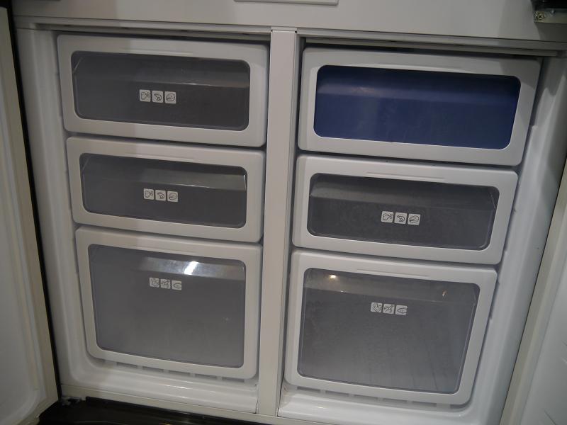 冷蔵庫内部は細かく区分けして収納できるようになっている