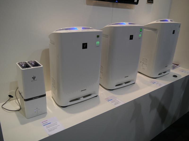 プラズマクラスターイオン発生機や空気清浄機も展示