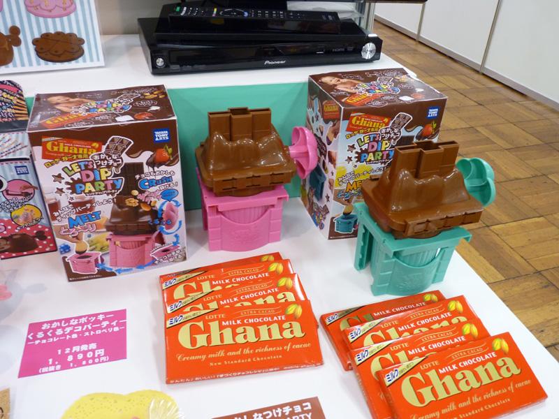 こちらもおかしなシリーズの新製品「おかしなつけチョコ LET'S DIP PARTY」。板チョコを砕いて溶かし、簡単につけチョコパーティを楽しめる。11月発売予定、希望小売価格2,100円