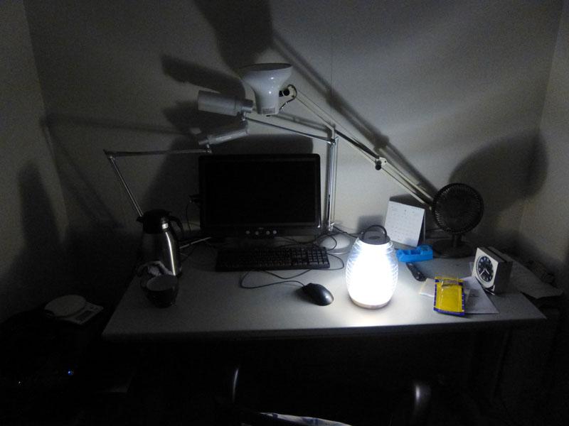 机の上に置くにはやや本体が大きいが、明るさは十分にある