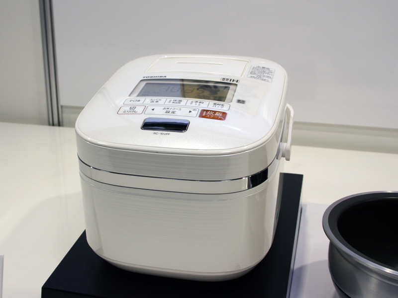 東芝「ダブル真空圧力IH保温釜」RC-10VPF。カラーは写真のパールホワイトのほか、グランレッド。実勢価格は99,800円前後
