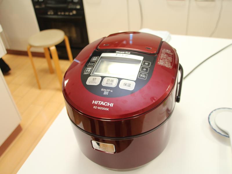 日立「IHジャー炊飯器 圧力&スチーム 真空熱封 RZ-W2000K」。カラーは写真のメタリックレッドのほか、パールホワイトがある。実勢価格89,800円前後