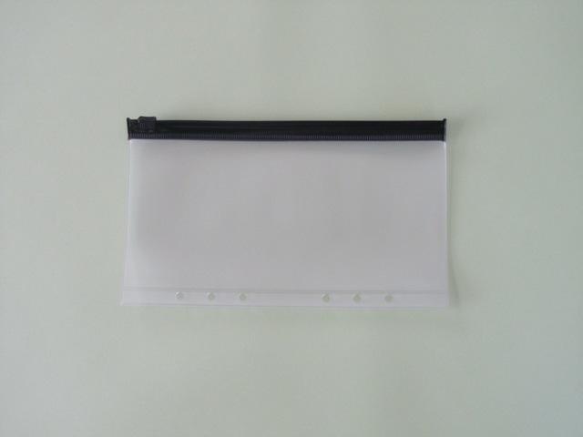 ファスナータイプのクリアケース。もっとも大きいタイの紙幣が入るサイズで作られています。中身が見やすい透明具合、長く使える素材など、いろいろ検討されたとか