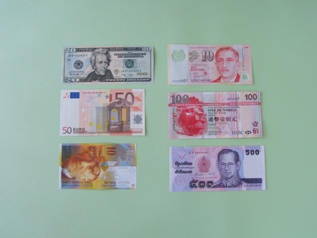手元の外貨紙幣を並べてみたら、細長かったり幅が広かったりと、本当にサイズはいろいろです。どれがどの国のものなのか、パッと見ただけではわかりにくいのも事実