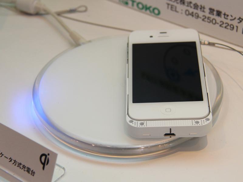Tokoのインジケータ方式充電台。写真は正しい充電位置から、だいぶ右側に置いているところ。LEDの光が「もっと左だよ」と訴えている