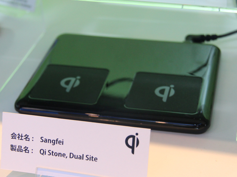中国Sangfeiの「Qi Stone, Dual Site」は2台同時充電が可能。スマートフォン2台持ちユーザーにピッタリだ