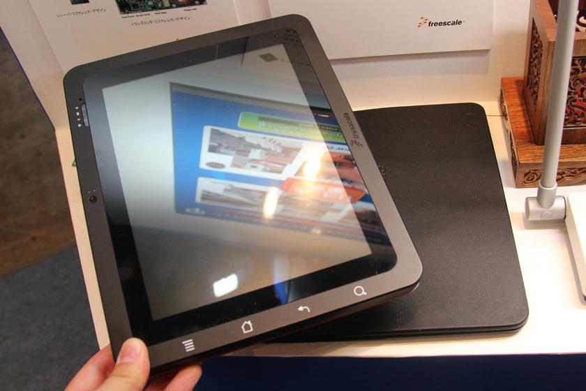 タブレット端末向けの充電パッドの参考品(写真下)