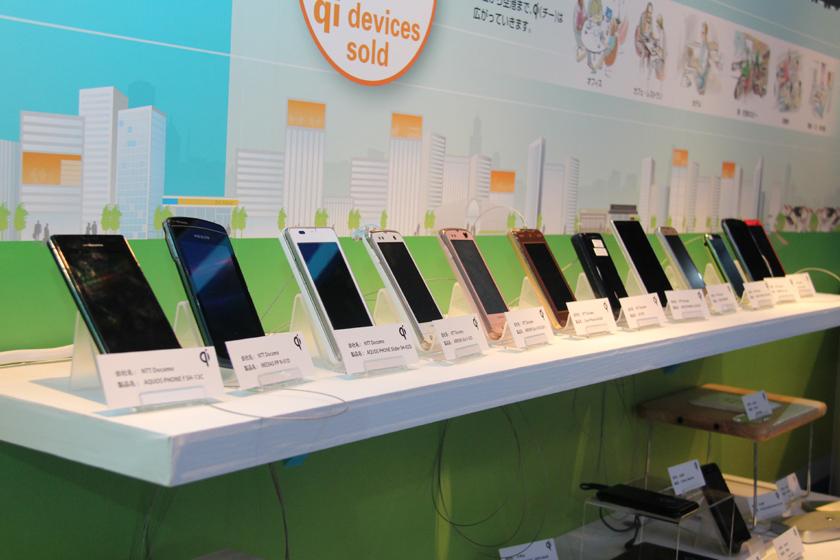 WPCのブースで展示された、Qi対応のスマートフォン。対応機種が増えたためか、昨年よりも充電パッドのバリエーションが広がっている