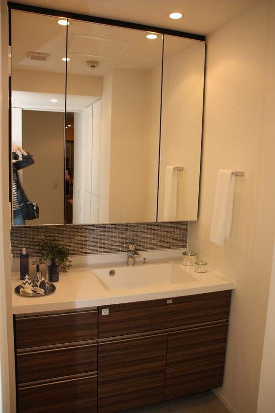 洗面所とバスルームは、DINKSや単身者向けの部屋としては広めの作りとなっている