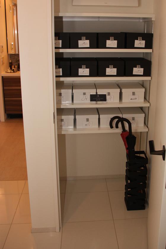部屋と部屋の間や、部屋と廊下の間には一部ドアはあれど、全体的には敷居がなくフラットな設計