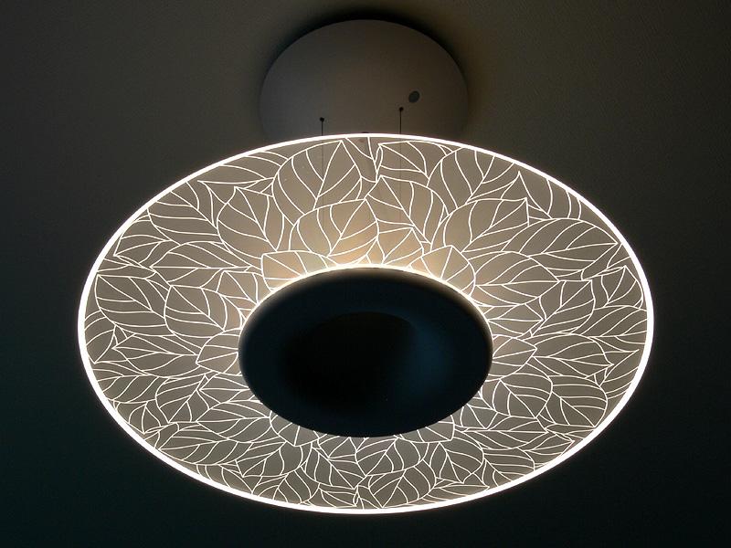 シャープ「LEDダイニングライト リーフパターンモデル DL-PD04K」6人掛けテーブル用で、導光板に葉の模様が浮かび上がるデザインだ