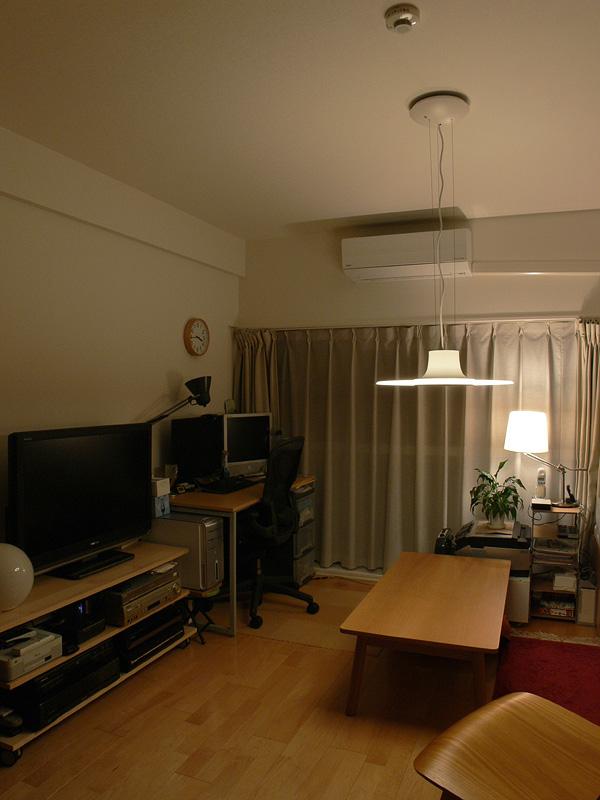 <b>【暖色100%・明るさ3(中間)】</b>明るさ485lmのLED電球を取り付けたスタンドとの相性が良い。スタンドだけでは物足りない明るさも補えるうえ、印象的な空間が演出できる
