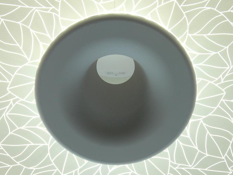 本体の中央は孔が空いている。器具を下から覗いても表情豊か