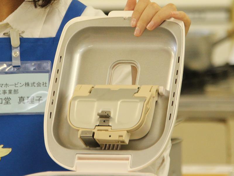 工程中に具を自動で入れる「自動具入れ容器」。レーズンパンを作る時などに便利
