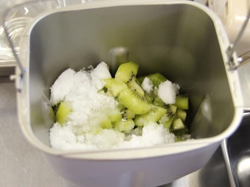 フルーツジャムは、フルーツ、砂糖、レモン汁だけで作れるという。写真はキウイジャム