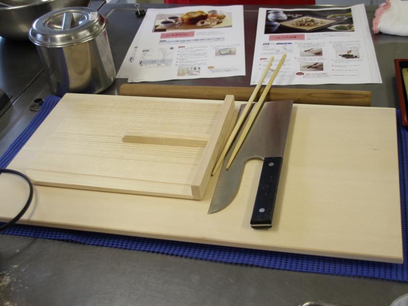 こね以降の工程は、自分で行なう。そば切り包丁、まないた、こま板などの材料を別で揃える必要がある