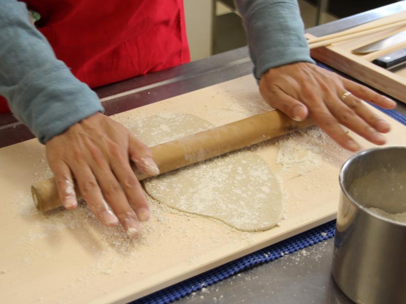 15分のこね工程が終わったら、生地を取り出して、麺棒でのばす