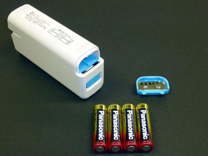 尾部の「OPEN」を開けて、乾電池を入れる