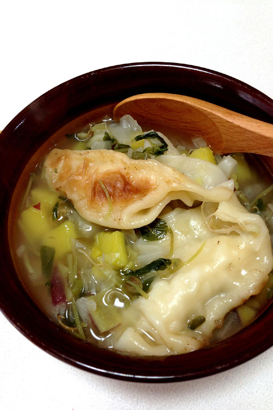 余った餃子は一旦冷凍してからスープの具として野菜とともに煮込んてみだ。皮に厚みがあるため、もちもち感はそのままに、ガッツリ食べられる具となった