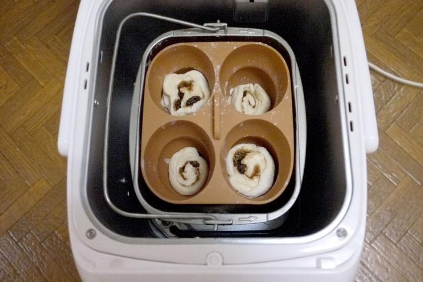 準備した生地を「ぷくぷくパン型」に入れて、パンケースごと本体にセットする