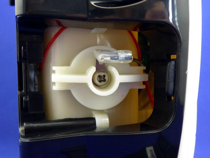 電極はプラスネジで固定されている