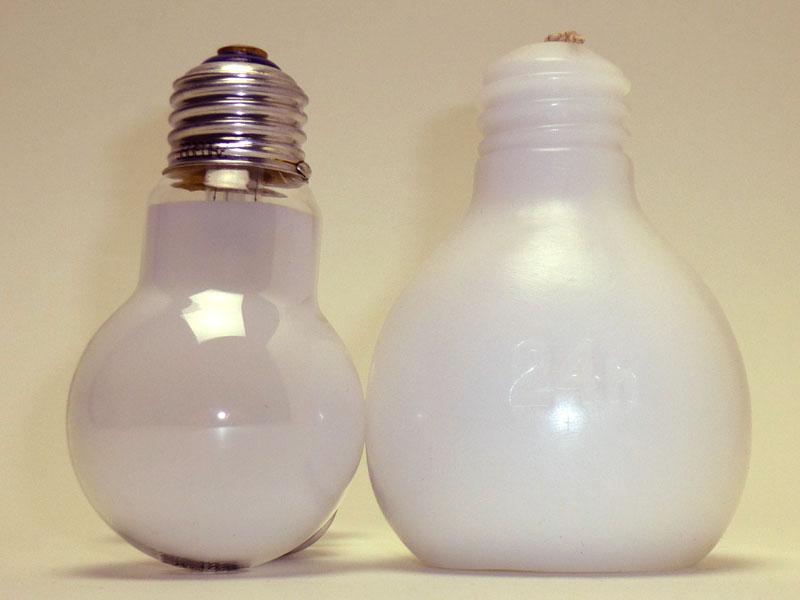左はE26形の白熱電球。節電球は一回り大きい