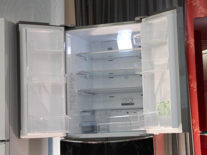 冷蔵室の全棚に強化ガラス棚を採用