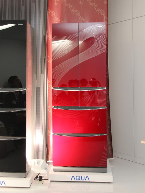 日本市場向けとしては珍しい赤色を採用。表面には模様も施す