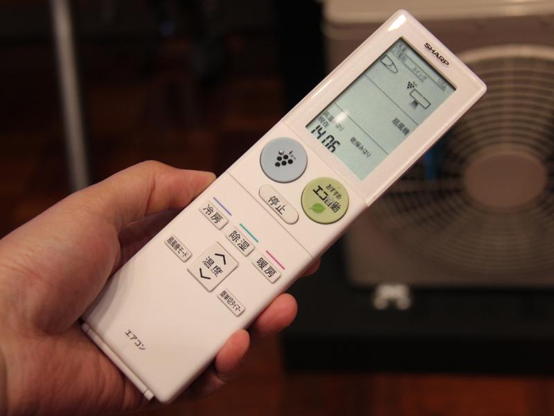 本体に付属のリモコン。リモコン下部には、新機能「扇風機モード」のボタンも用意されている