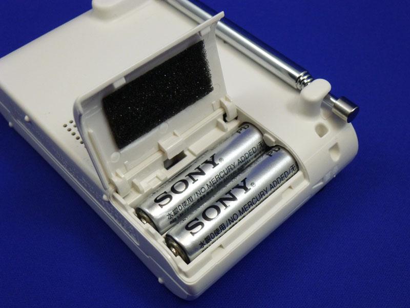 電池ボックスはフタが外れない構造でなくしにくい。2本の乾電池を同じ方向に入れられるのも良い。細かいところに配慮が行き届いている
