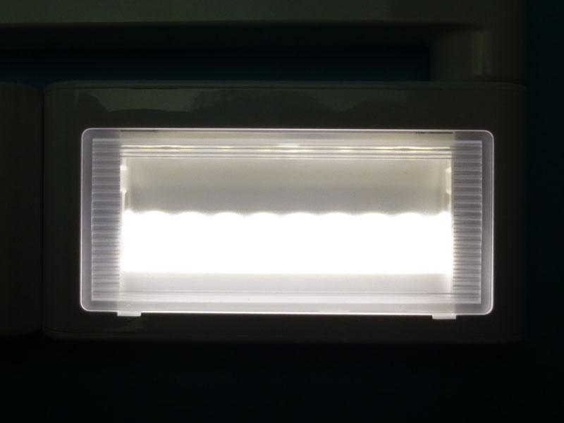 LED面。前面配光のための反射板が見える