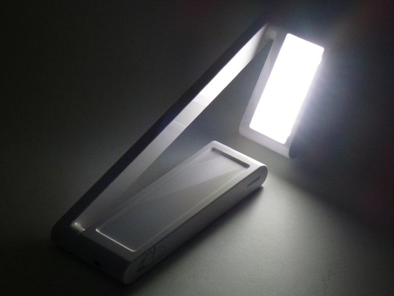 ごろ寝用の照らし方。こういう形にすると上を照らすことができるので、仰向けに寝て、顔の前に雑誌を捧げて読むときに便利だ