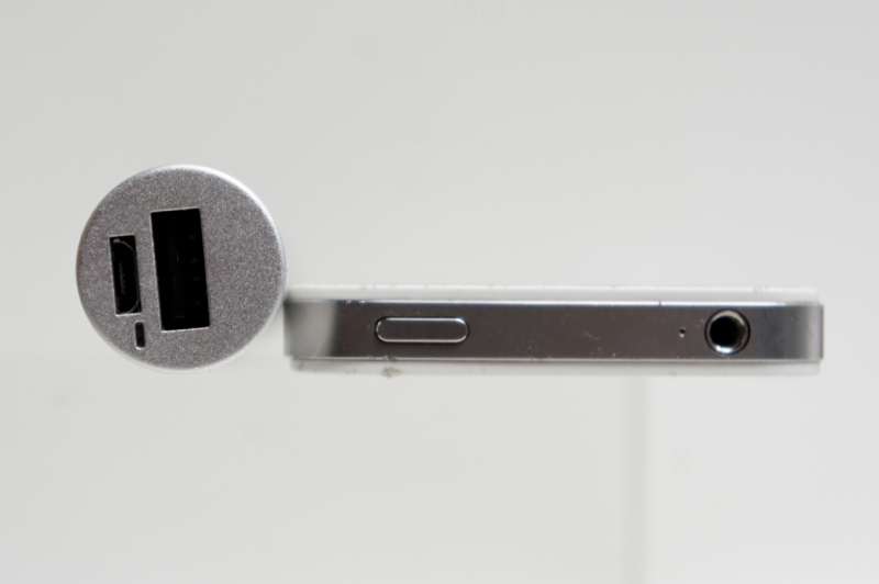 iPhone 4Sとの厚さ比較。横から見たところ