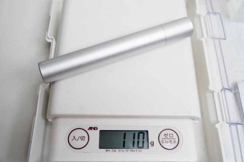 実測で重量は110g。最近の薄型スマホ1台分に近い重さだ