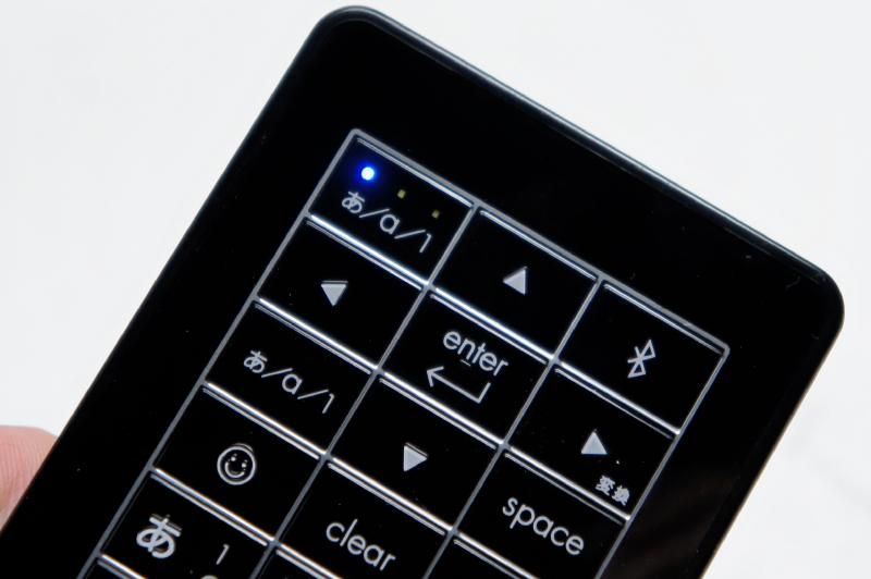 Bluetooth接続時には本体右上のLEDが点灯。ローマ字、アルファベット、数字の入力方法を変更すると、対応した部分が点灯する。LEDはほぼ向きだしなので、光が気になることがあるかも