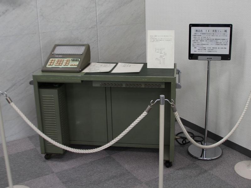 カシオの羽村技術センターに展示されている計算機創業時に発売したリレー計算機「カシオ14ーA型」を改良した「カシオ14-B型」。自動開平計算機能を搭載したモデルで、科学技術計算用として高い評価を得たという。サイズは1,080×445×780mm(幅×奥行き×高さ)で、重量は140kg。発売当時の価格は65万円だった