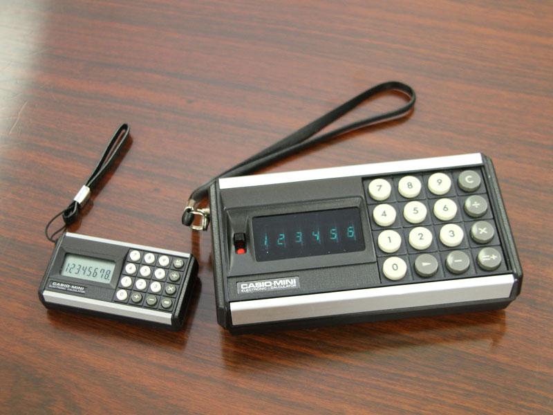 カシオミニ発売40周年を記念して作られたミニチュア復刻版(左)。カシオ計算機の電卓購入者を対象としたプレゼントキャンペーンを12月31日まで行なっている