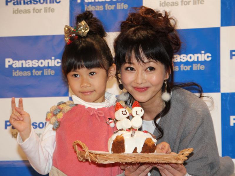 タレントの浅香唯さんと娘さんの陽舞莉(ひまり)ちゃん。2人でスコーンをデコレーションした