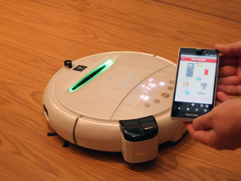 COCOROBO(ココロボ) RX-V100のUSBポートに差し込んで使うことで、スマートフォンで家電製品の操作ができる家電コントローラー。写真はココロボに設置したところ