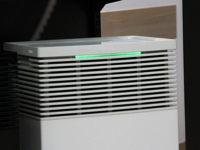本体前面のLEDは室内の空気の状態により色が変化する